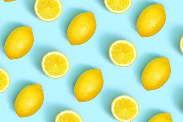 Kleurrijk fruitpatroon van verse citroenplakken op gekleurd. citroen plakjes bovenaanzicht.