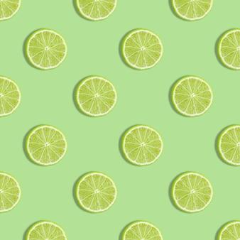 Kleurrijk fruitpatroon van verse kalkplakken op groene achtergrond