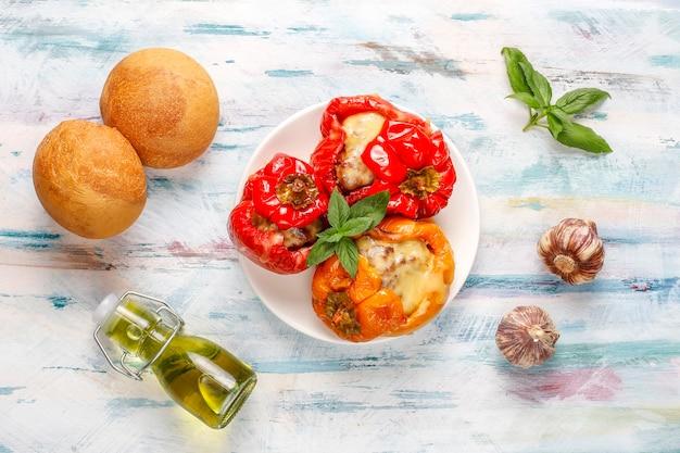 Kleurrijk gebakken met kaas, gevulde paprika met gehakt.