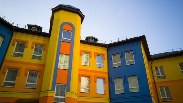 Kleurrijk geel met blauw gebouw op zonnige dag