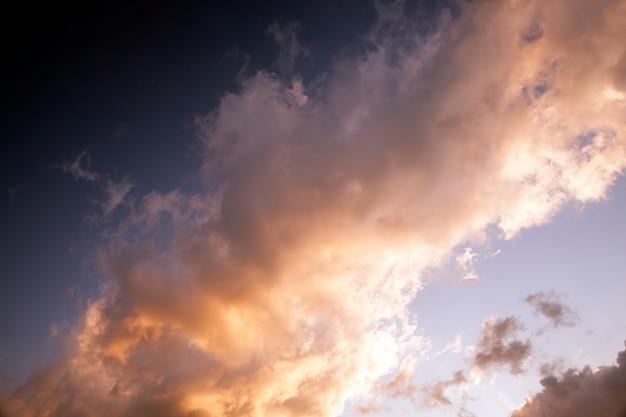 Kleurrijk geeloranje en andere kleuren van de lucht met wolken tijdens zonsondergang of zonsopgang, natuur en zijn kenmerken tijdens zonsondergang of zonsopgang, prachtige echte natuur