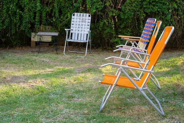 Kleurrijk gekleurde stoelen in een tuin