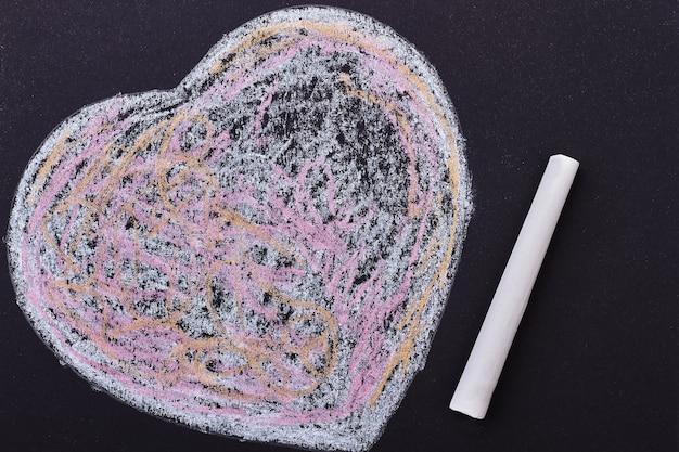 Kleurrijk gekrabbeld hart. stuk krijt. symbool van liefde en zorg.