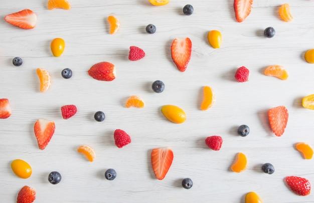 Kleurrijk gemaakt van mandarijn, framboos, bosbes en aardbeien.