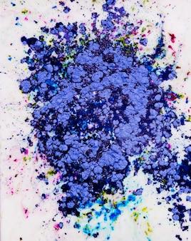 Kleurrijk geschilderd wit blauw water