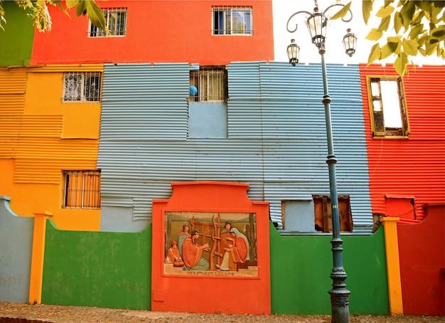 Kleurrijk geschilderde buitenkant van de huizen in de buurt van la boca, buenos aires, argentinië, zuid-amerika