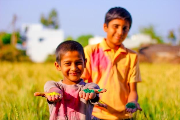 Kleurrijk gezicht van indisch kind in holifestival
