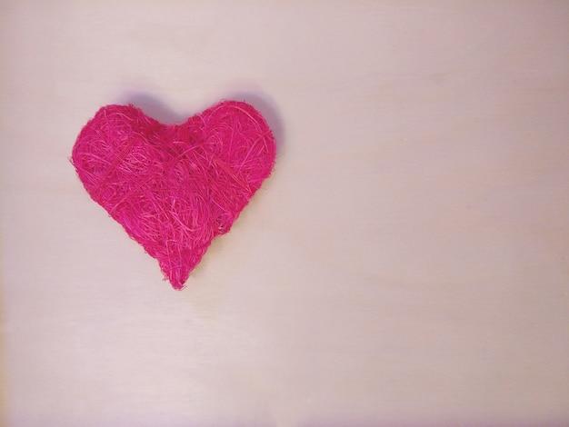 Kleurrijk hart op houten lichte achtergrond.