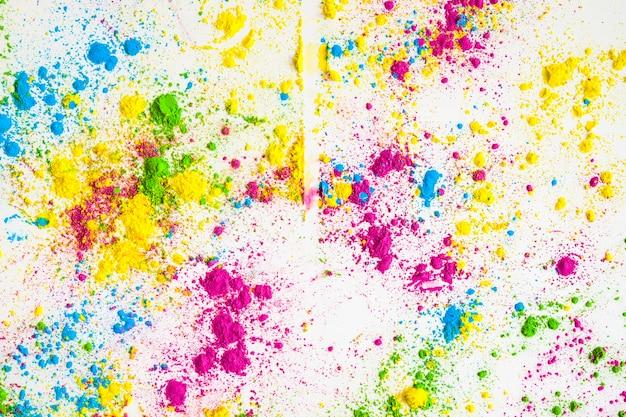 Kleurrijk holikleurpoeder op witte achtergrond