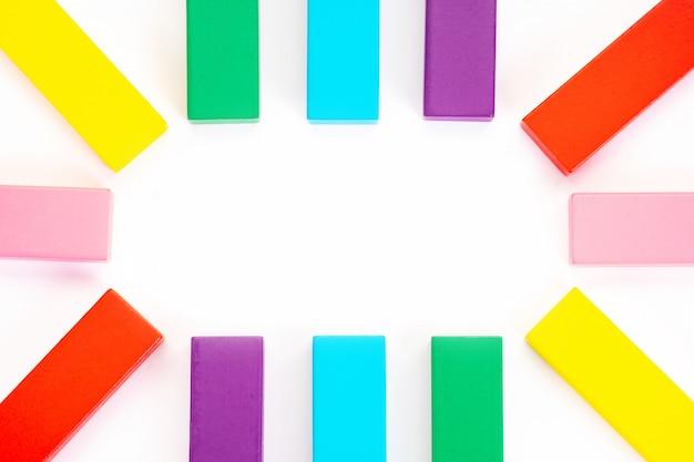 Kleurrijk houten blokkenspeelgoed. creatief, divers, groeiend, stijgend of groeiend.