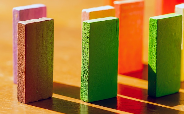 Kleurrijk houten speelgoed, educatief logisch speelgoed voor kinderen met zijn schaduwen in ondiepe focus
