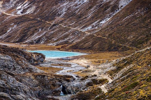 Kleurrijk in herfstbos en sneeuwberg in yading natuurreservaat, de laatste shangri la,