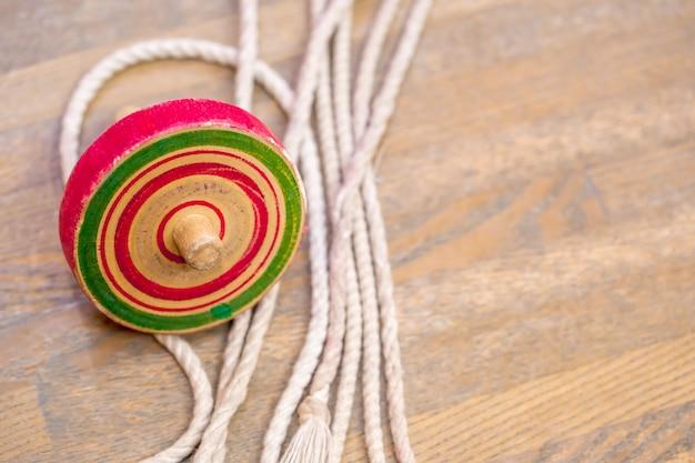 Kleurrijk japans vintage houten speelgoed met tol