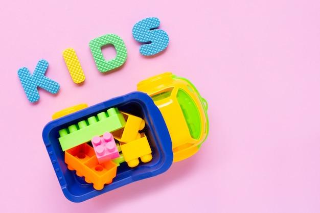 Kleurrijk kinderenspeelgoed met alfabet