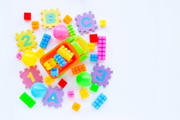 Kleurrijk kinderenspeelgoed op wit.