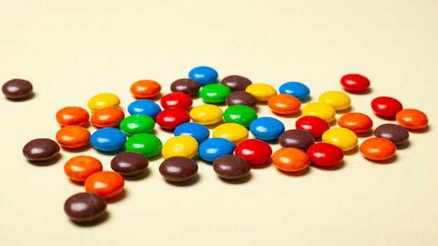Kleurrijk klein suikergoed geassorteerd snoepjesclose-up.