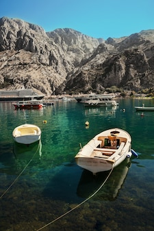 Kleurrijk landschap met boten, cruiseschepen en jachten in marina bay, zee, bergen, blauwe lucht. bovenaanzicht van de baai van kotor, montenegro