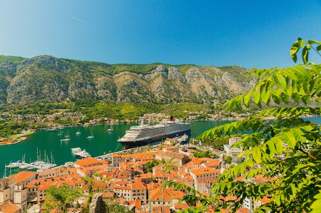 Kleurrijk landschap met boten en jachten in marina bay, zee, bergen, blauwe lucht. bovenaanzicht van de baai van kotor, montenegro