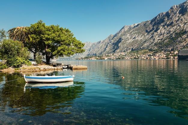 Kleurrijk landschap met boten in marina bay, bergen, zee, blauwe lucht. bovenaanzicht van de baai van kotor, montenegro