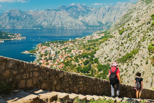 Kleurrijk landschap met oude muren in oude citadel, bergen, zee, blauwe lucht.