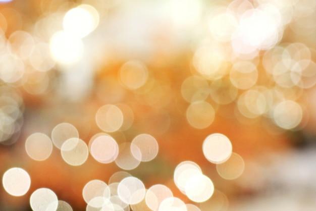 Kleurrijk licht en bokeh achtergrond. verlichting van kerstboom, low key.