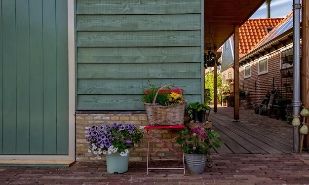 Kleurrijk nederlands huis op een duidelijke en heldere dag in nederland