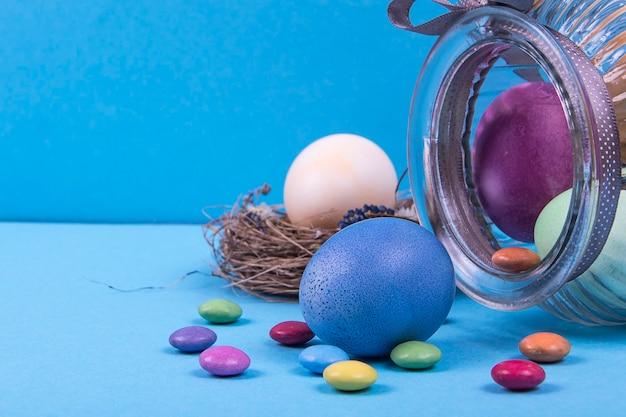 Kleurrijk oppervlak met paaseieren op blauw. kan worden gebruikt als poster, oppervlak, kerstkaart
