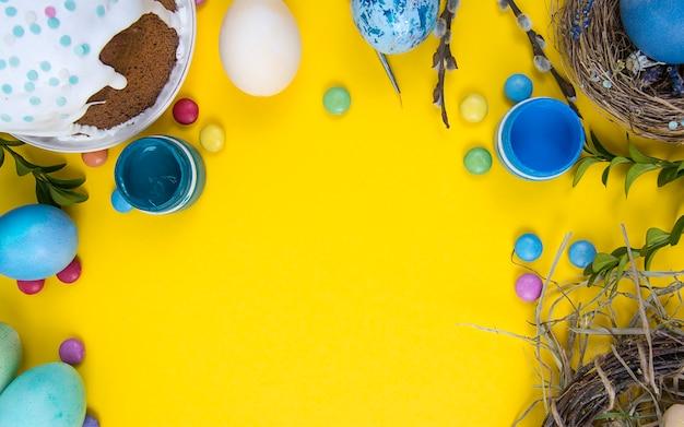 Kleurrijk oppervlak met paaseieren op geel. kan worden gebruikt als poster, oppervlak, kerstkaart