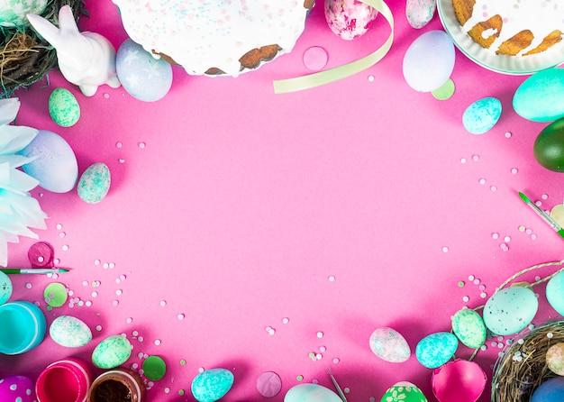 Kleurrijk oppervlak met paaseieren op roze oppervlak