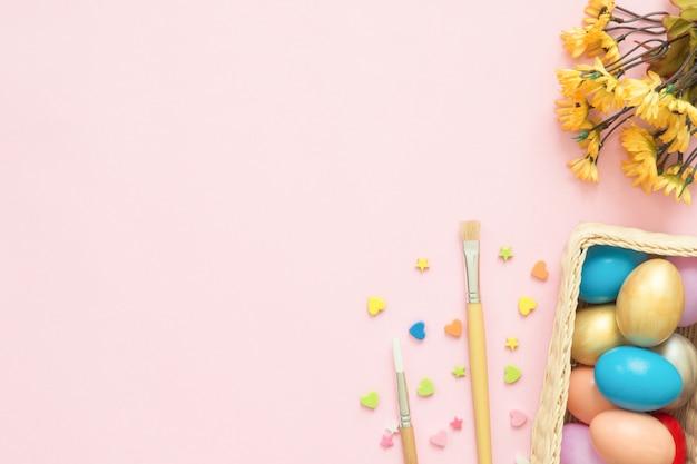 Kleurrijk paasei dat in de samenstelling van pastelkleuren wordt geschilderd met verfborstel