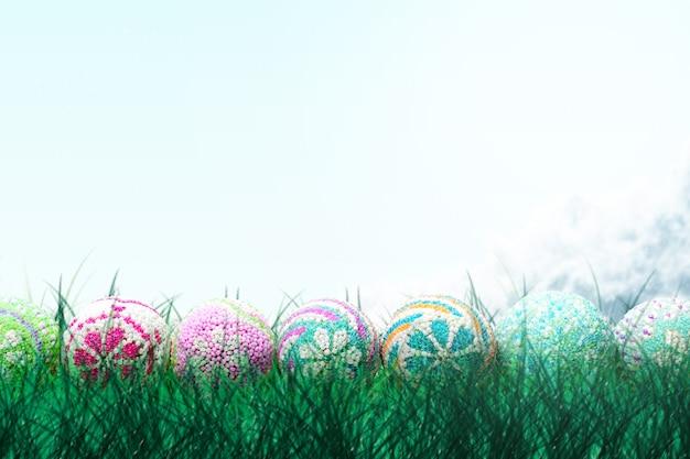 Kleurrijk paasei op het veld. gelukkig pasen