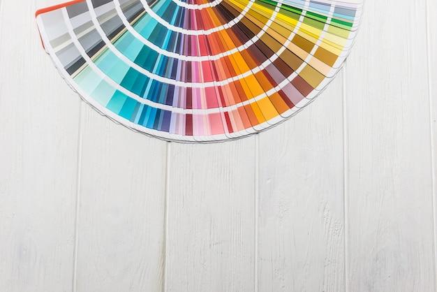 Kleurrijk palet voor muurschildering op houten bureau