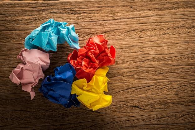 Kleurrijk papier op houten