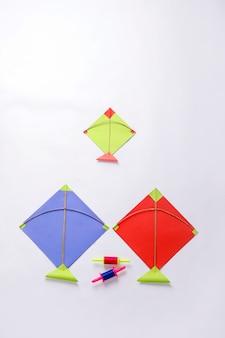 Kleurrijk papier vliegers en string, makar sankranti festival concept