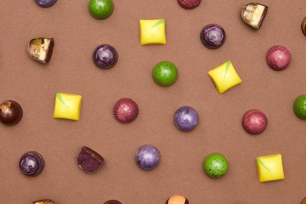 Kleurrijk patroon gemaakt van chocolaatjes. plat leggen. voedsel achtergrond.