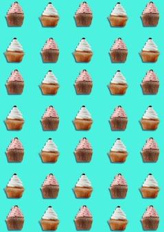 Kleurrijk patroon gemaakt van cupcakes op blauwe achtergrond. minimaal begrip.
