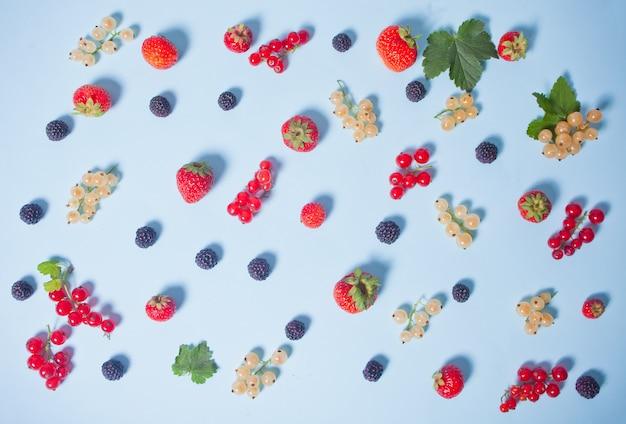 Kleurrijk patroon gemaakt van fruit, bladeren en bessen