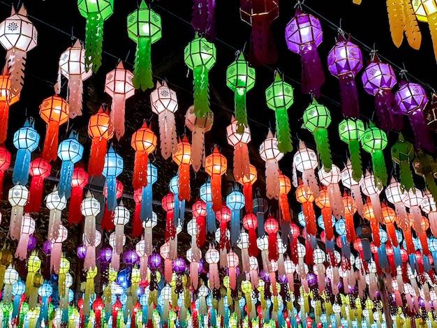 Kleurrijk perspectief en kijk omhoog mening van thaise lanna-stijllantaarns om voor de tempel op nacht in loy kratong-festival te hangen.