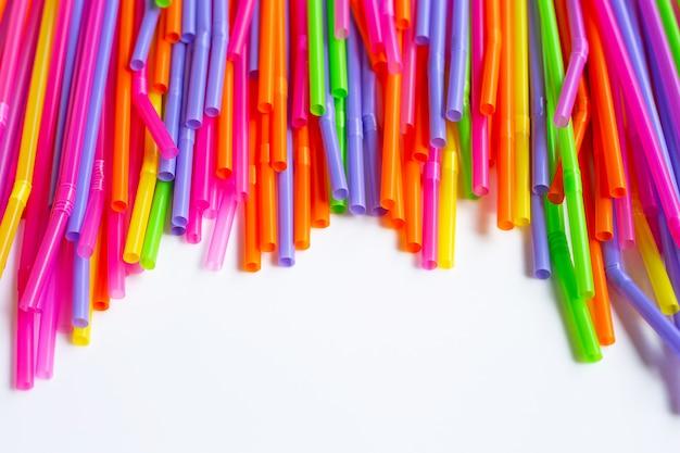 Kleurrijk plastic stro op wit.