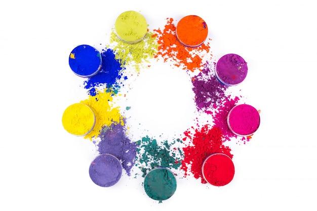 Kleurrijk poeder in kleine kruiken die op witte ruimte worden geïsoleerd
