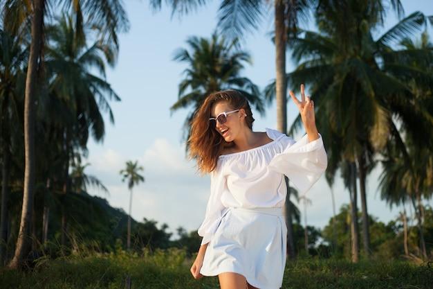 Kleurrijk portret van jonge aantrekkelijke vrouw die een zonnebril draagt. zomer schoonheid elegante stijl, zomer stijl vrouw, modieus, cool en casual, marine