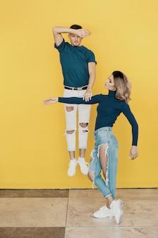 Kleurrijk portret van jonge man en vrouw op geel