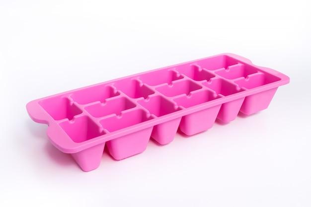 Kleurrijk roze ijsdienblad een apparaat voor ijs dat op wit wordt geïsoleerd