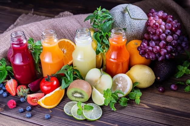 Kleurrijk sap zelfgemaakt met vers fruit