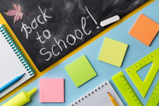 Kleurrijk schoolkantoorbehoeften en bord op kleurrijke achtergrond.