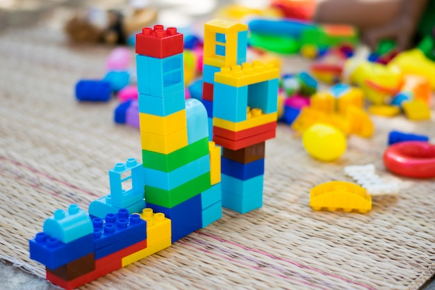 Kleurrijk speelgoed met kinderen