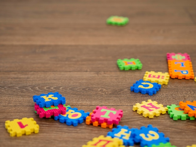 Kleurrijk spel op houten vloer