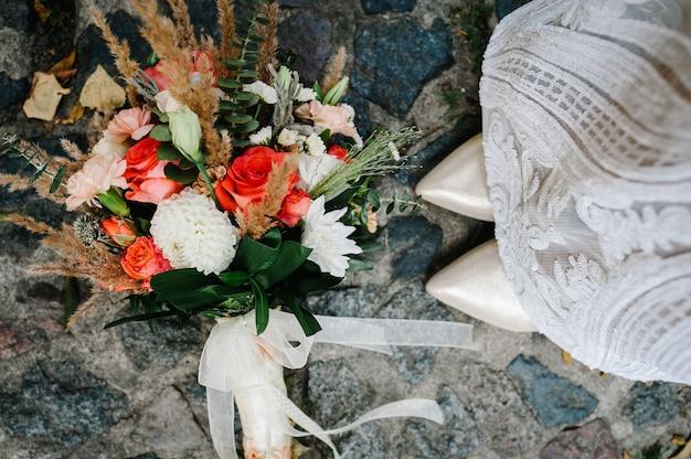 Kleurrijk stijlvol bruidsboeket gemaakt van bloemen ligt op de stoep