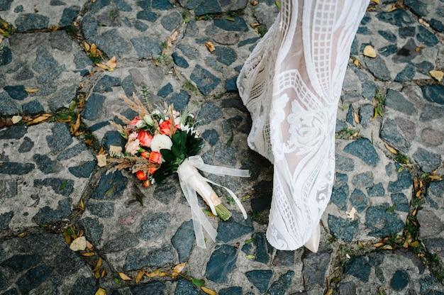 Kleurrijk stijlvol bruidsboeket gemaakt van bloemen