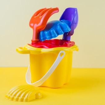Kleurrijk strandstuk speelgoed op gekleurde achtergrond